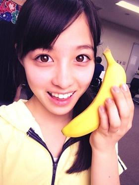 バナナを持っている橋本環奈