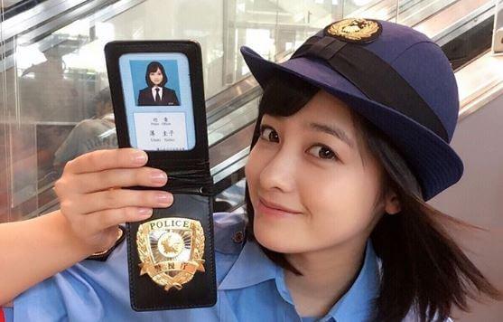 警察手帳を見せる女優・橋本環奈