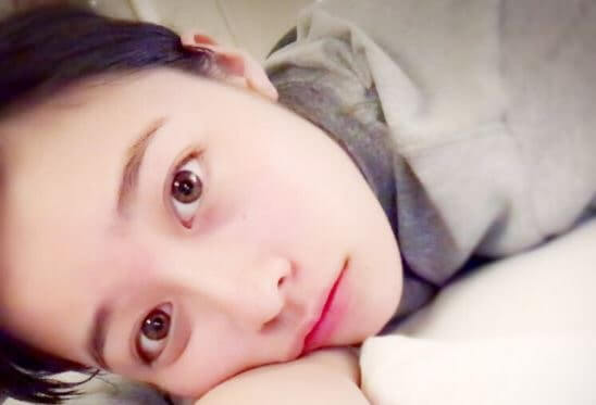 横向きで寝ている女優・橋本環奈