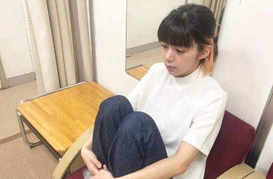 体育座りをする女優・池田エライザ