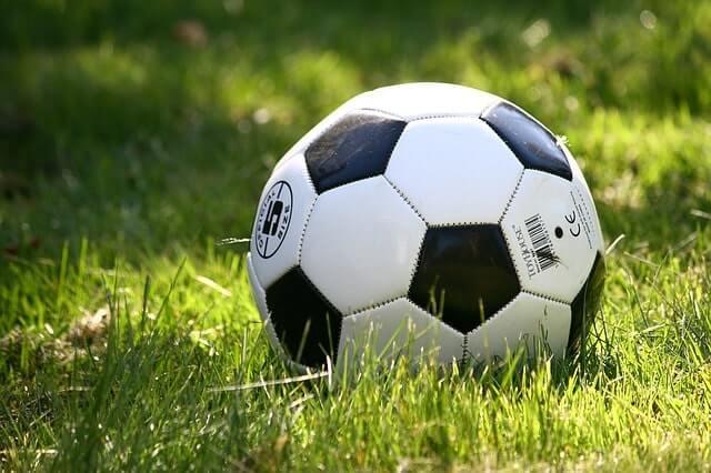草むらのサッカーボール