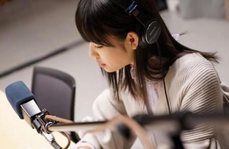 ラジオの放送スタジオに居るモデル・高橋ひかる