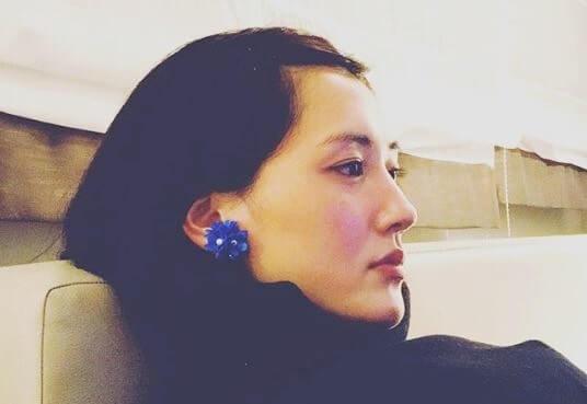 座ってくつろぐ女優・綾瀬はるか