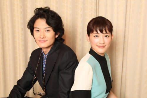 背中合わせの岡田将生と綾瀬はるか