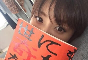 台本で顔を隠す女優・深田恭子