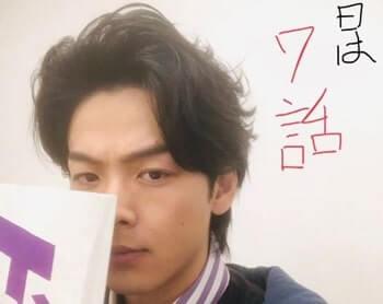 紙で顔を隠している俳優・中村倫也さん