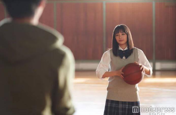 制服姿でバスケットボールを持っている女優・広瀬すず