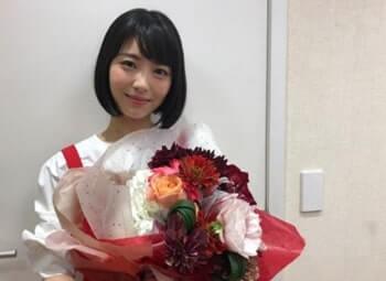 花束を持っている女優・浜辺美波さん