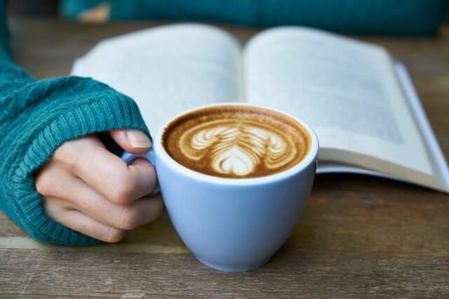 読者中にコーヒーを飲む女性