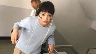 階段を登っている女優・広瀬すず