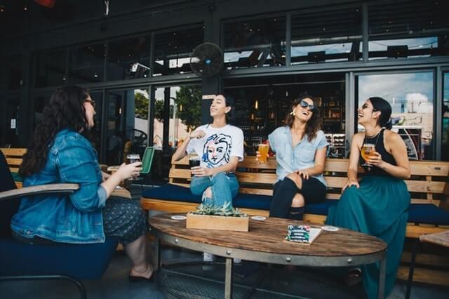 テラスで談笑する4人の女性