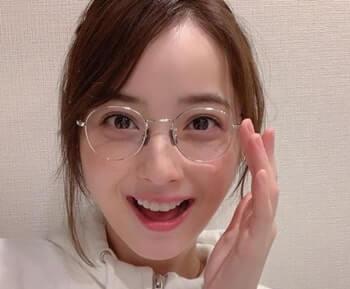 眼鏡をかけている女優・佐々木希
