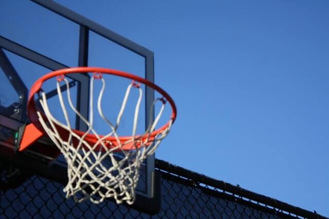 屋外のバスケットゴール