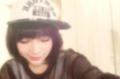 帽子をかぶって下を向いている女優・広瀬すず