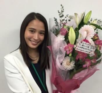 花束を持つ女優・広瀬アリス