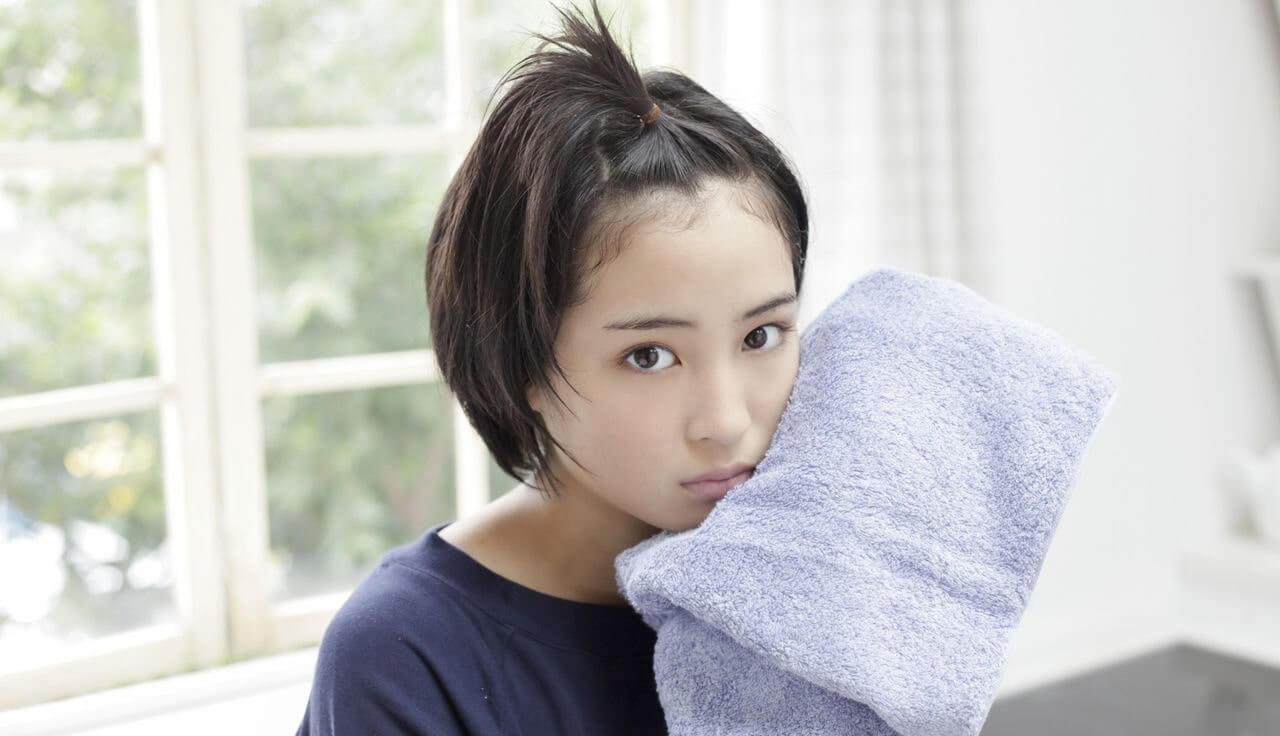 タオルで顔を拭く女優・広瀬すず