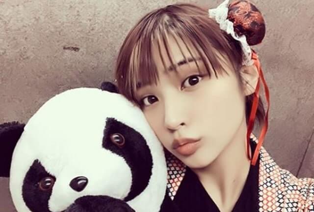 パンダのぬいぐるみを持つ女性