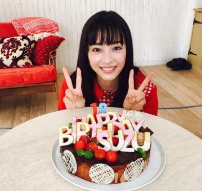 バースデーケーキをもらいピースをする女優・広瀬すず