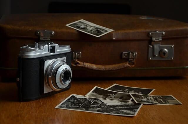デジタルカメラと現像された写真