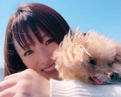 犬を腕にのせる女優・深田恭子