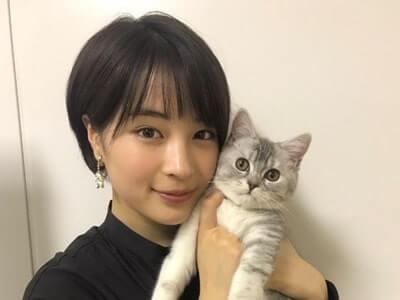 猫を抱く女優・広瀬すず