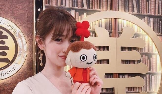 人形を顔の前に置くモデル・泉里香