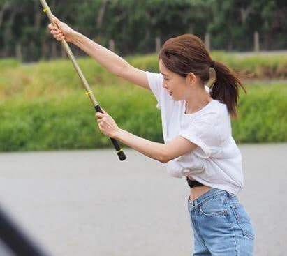 釣りをするモデル・泉里香