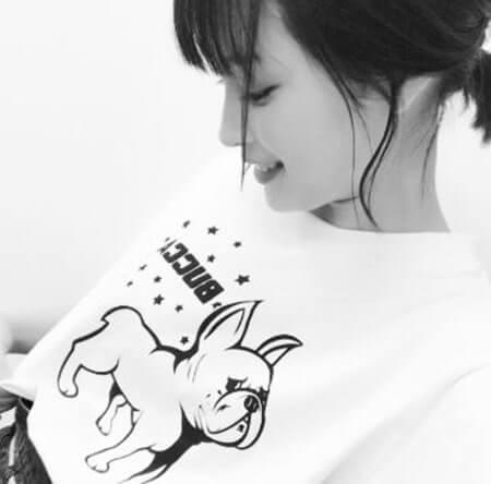 Tシャツを伸ばす女優・広瀬すず