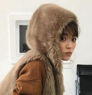 フードをかぶるモデル・泉里香