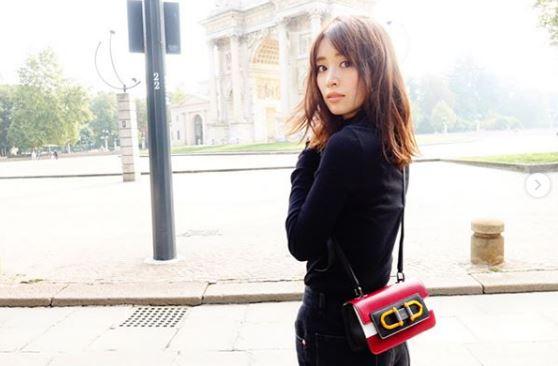 黒いコート姿のモデル・泉里香