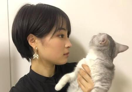 猫と向き合っている女優・広瀬すず