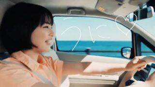 車で海沿いを走る女優・広瀬すず