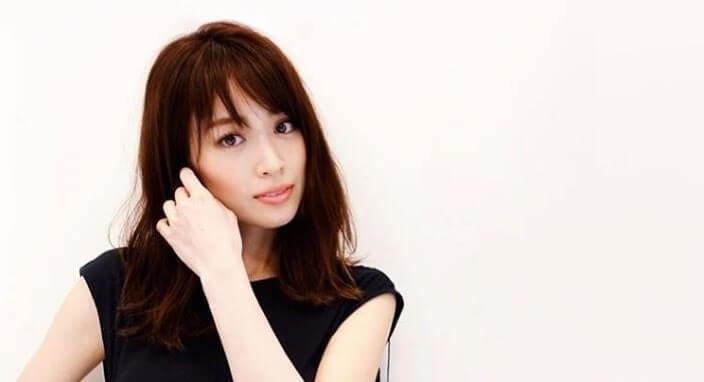 髪の毛をいじるモデル・泉里香