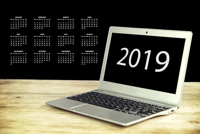 2019年カレンダーとノートパソコン