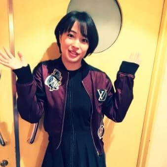 両手を挙げる女優・広瀬すず