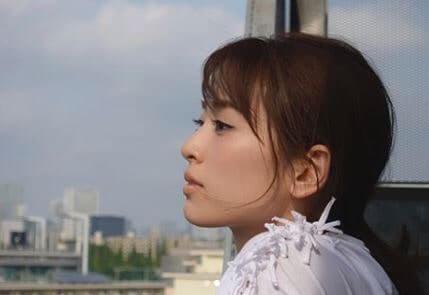 景色を眺めるモデル・泉里香
