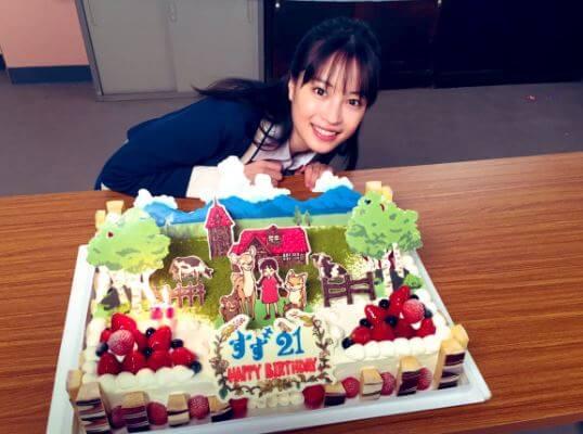 バースデーケーキを貰う女優・広瀬すず