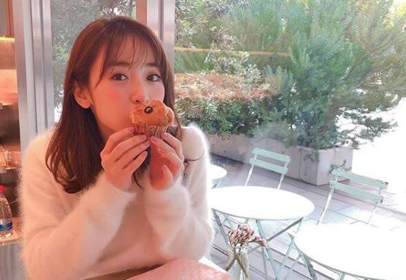 カフェで食事をするモデル・泉里香