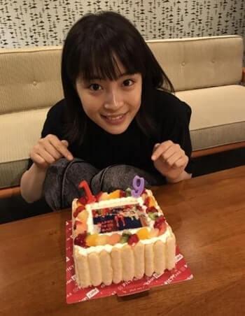 バースデーケーキをプレゼントされる女優・広瀬すず