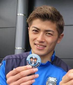 バッジを持つサッカー選手・谷口彰悟