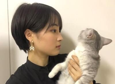 猫を持ち上げる女優・広瀬すず