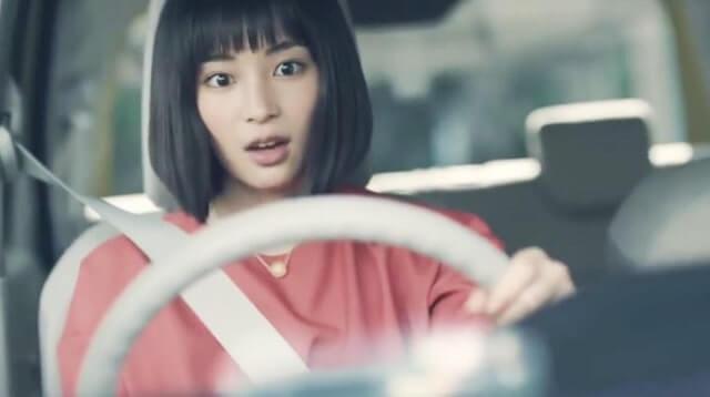 車を運転する女優・広瀬すず