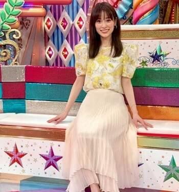 座っているモデル・泉里香