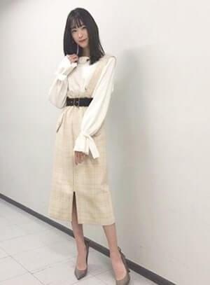 白のスカートを履くモデル・高橋ひかる