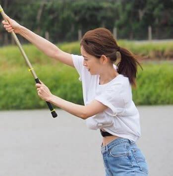釣竿を振るモデル・泉里香