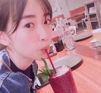 ストローでジュースを飲むモデル・泉里香