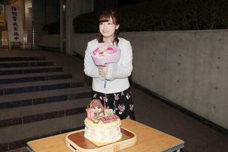 屋外で誕生日を祝われる女優・橋本環奈