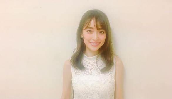 白い服を着るモデル・泉里香