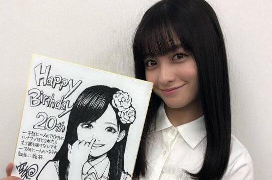 色紙を持つ女優・橋本環奈