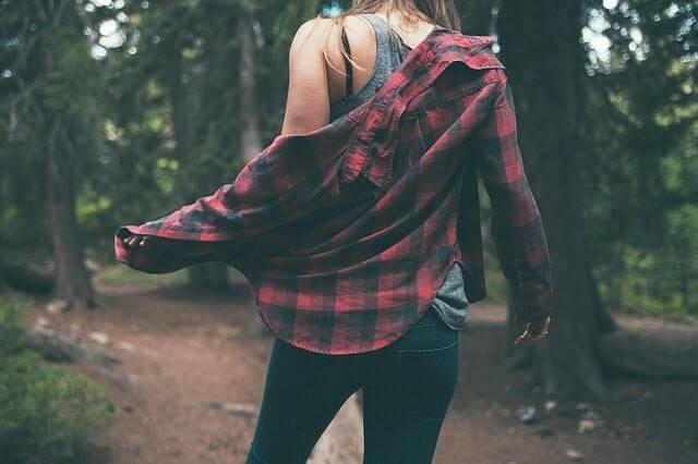 シャツを羽織る女性